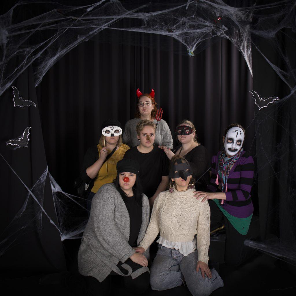 Virkku-tiimin asiakkaita halloween-naamareissa.