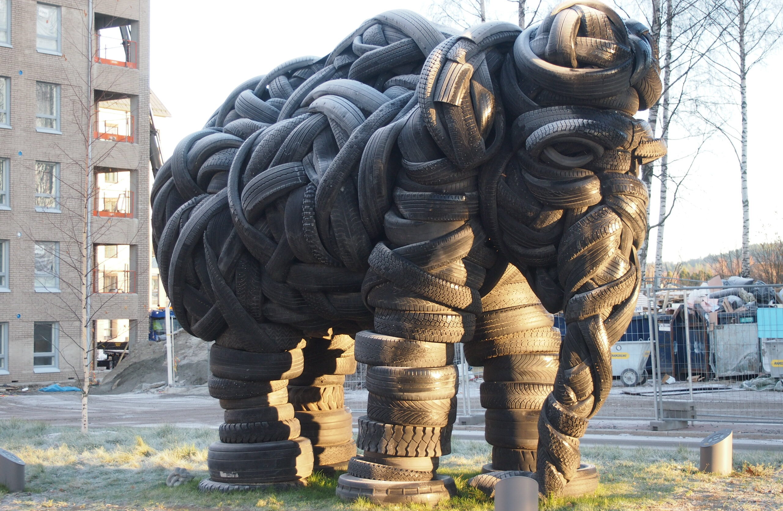 Kuvassa auton renkaista tehty norsu