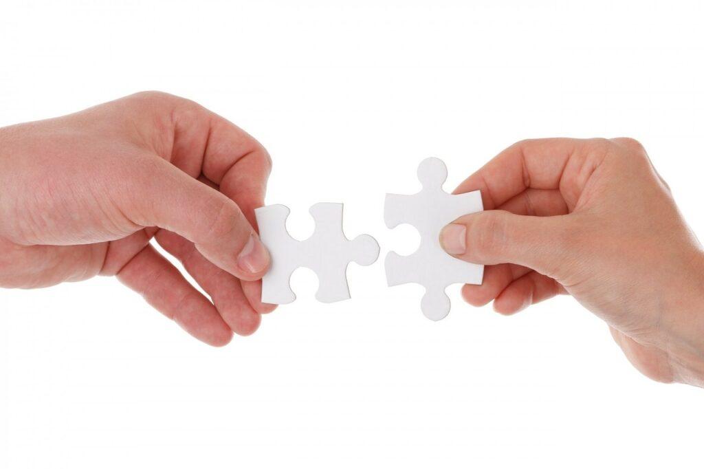 Keuruun terveysaseman ja yhdistysten yhteistyön pelisäännöt. Kuvassa kaksi kättä asettamassa palapelin paloja yhteen.