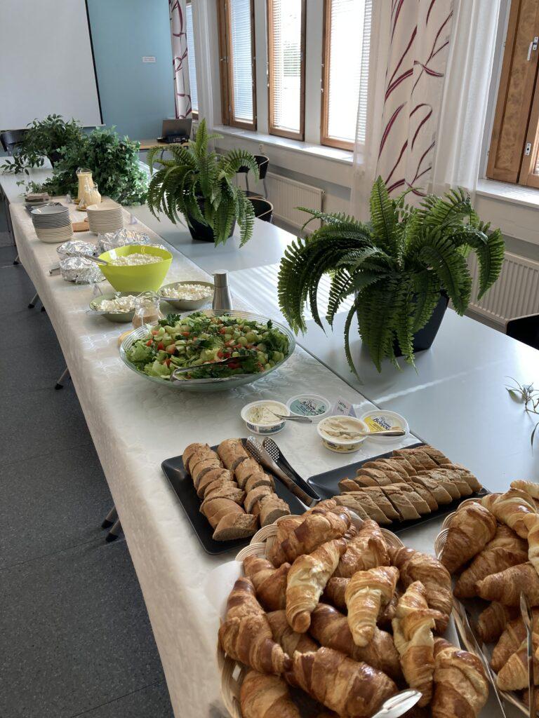 Kuvassa piknikin tarjoilupöytä, jossa mm.  voisarvia, levitteitä ja salaattia